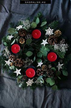 A koszorú elengedhetetlen része a karácsonyi dekorációnak. Ha az ajtódat ékesíted vele, már belépés előtt ünnepi hangulatba kerülsz. Ha pedig az adventi gyertyákat rakod rá, tökéletesebb asztaldíszt nem is találhatnál.  Ráadásul akár saját kezűleg is könnyedén elkészíthető, hiszen nem kell hozzá sok hozzávaló. Idén a hagyományos zöld fenyőkoszorú mellett divatosnak számítanak a színes modellek is, például a fehér, a kék vagy a rózsaszín.  #karácsony #karácsonyidekoráció #adventikoszorú #DIY