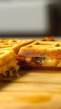 Pizza Waffle Pizza waflle or Waflle flavored pizza? With one name or another, what matters is that it is delicious! Easy Dinner Recipes, Breakfast Recipes, Easy Meals, Breakfast Sandwiches, Breakfast Pizza, I Love Food, Good Food, Yummy Food, Tasty