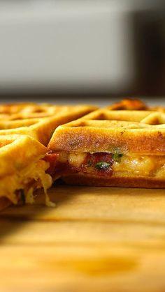 Pizza waflle ou Waflle sabor pizza? Com um nome ou outro, o que importa é que fica uma delícia!