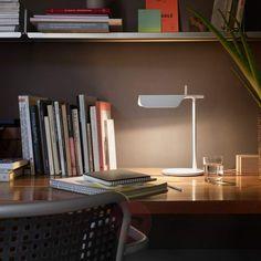Modernes Schreibtischleuchtendesign von FLOS. Mit LED-Lichttechnik und drehbarem Schirm.