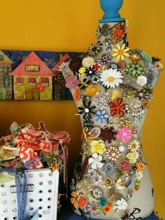 Great display for vintage brooches.  http://dishfunctionaldesigns.blogspot.com/2012/06/vintage-costume-jewelry-upcycled.html?m=1