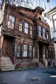 The streets of Istanbul are full of crumbling old wooden homes Turkish Architecture, Wooden House, Traditional House, View Photos, Countries, Buildings, Beautiful Places, Modern, Pictures