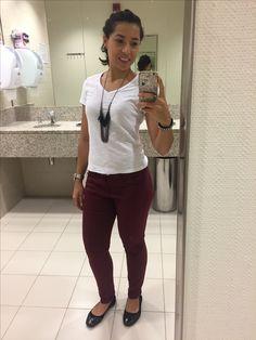 Calça borbô, camiseta básica branca, pulseira de couro, colar, rock style