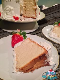 Angel food cake recubierto de merengue y fresas