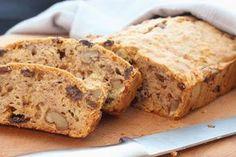 In een standaard cake zitten de volgende ingredienten: 200 gr boter, 200 gr bloem, 200 gr suiker en 4 eieren. Als we dat even narekenen komt de totale cake uit op3.278 Kcal. Het overgrote deel daarvan zit in de boter (1.500) en in de suiker (800). Reden genoeg dus om een cake te bakken waar …