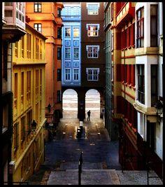 Rúa dunha das entradas á Praza de María Pita na Coruña