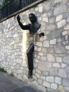 Человек проходящий сквозь стену