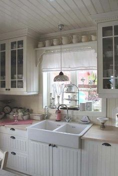 The shabby chic decorating style is especially warm and inviting for any interior design. Here I have a great collection of 35 awesome shabby chic kitchen designs, accessories and decor ideas for your…MoreMore Cottage Shabby Chic, Cocina Shabby Chic, Shabby Chic Mode, Shabby Chic Kitchen Decor, Shabby Chic Farmhouse, Shabby Chic Living Room, Shabby Chic Interiors, Shabby Chic Bedrooms, Shabby Chic Furniture
