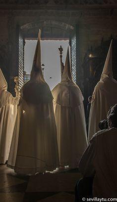 Domingo de Resurrección. Nazarenos de la Hermandad de la Resurrección saliendo de la Catedral.