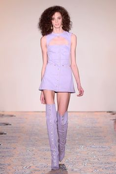 Street style e celebs comprovam: lavanda é a cor do verão Knee Boots, Spring Summer, Purple, Fashion, Lavender Colour, Summer Colors, Artists, Style, Moda