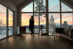 Magisk morgon i fjällen Imagine waking up to this view! Breathtaking architecture and interior design captures the beauty of outdoors. Mountain Cottage, Lakeside Cottage, Home Living Room, Living Room Designs, Roof Design, House Design, Sweet Home, House On A Hill, Interior And Exterior