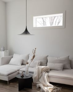 A home tour with Willow Maurice @willowstyleco. Scandinavian minimalism Willow style. A white home with neutral colours and minimal design. White living room with a peaceful and cosy feel. See the home tour on Hege in France | Scandinavian Interior Design Blog. #scandinavianliving #minimalhome #hometour