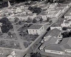 Vista aérea da praça central de Capivari. O prédio da prefeitura  e fundo igreja São João
