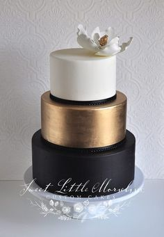 Sophisticated color color palette white, gold and black 3 tier round wedding cake inspiration! Sophisticated color color palette white, gold and black 3 tier round wedding cake inspiration! Beautiful Wedding Cakes, Gorgeous Cakes, Pretty Cakes, Amazing Cakes, Cake Wedding, Wedding Rings, Modern Wedding Cakes, Copper Wedding Cake, Star Wars Wedding Cake
