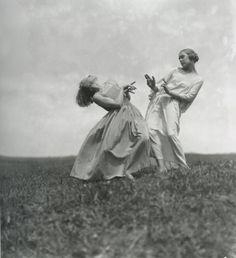 "p-von-b: "" Nelly, i. Elli Seraidari Dancers of Mary Wigman's School Saxe Switzerland, 1923 "" Old Photos, Vintage Photos, Dance Movement, Figure Reference, Mystique, Modern Dance, Lets Dance, Poses, Ballet"