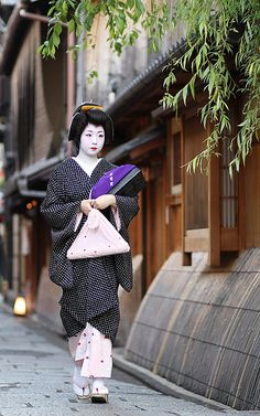 The geiko (geisha) Ichiyuri walking to a tea house in the Gion district of Kyoto, Japan