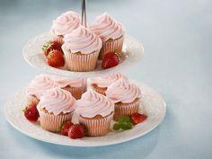 Erdbeeren sind immer eine gute Wahl! Erdbeer-Cupcakes - smarter - Zeit: 30 Min. | eatsmarter.de