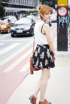 E como está muito calor, eu decidi usar uma saia vintage preta com estampas florais, uma blusinha regata branca com estampa de caveira mexicana (adoro!), e para dar um contraste combinar perfeitamente, um sapato oxford e bolsa saco marrom avermelhado de lado, super lindos!!!