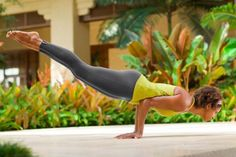 Peacock Pose - one of the poses from this Yoga for Abs Sequence! Ashtanga Yoga, Yoga Bewegungen, Yoga Meditation, Yoga Handstand, Yoga Inspiration, Fitness Inspiration, Namaste, Yoga Balance Poses, Pilates