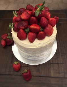 Sugarless Vanilla Cake with Vanilla Buttercream Icing .. Happy birthday @invigorate_naturopathy #cake #vanillacake #strawberries #birthdaycake