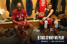Kobe Bryant #24 y Stephen Curry #30 en el vestidor de la Conferencia Oeste previo al NBA All-Star Game. #Toronto #Canada #Kobe #Curry #TeamWest #Vestidor #NBA #Legend #Retire #NBAAllStar
