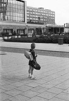 Schulmädchen auf dem Alexanderplatz, Berlin DDR (1977)