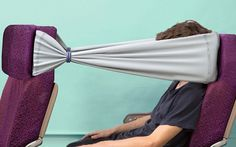 POur s'isoler de son voisin ! lire l'article : http://bit.ly/1vfYpTK An unusual multi-purpose elastic band claims to provide passengers with a   private space in which to eat and sleep during a flight
