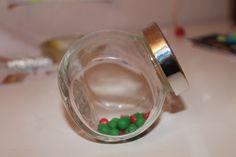 Bonbonnière de petits pois au lards (les bonbons de votre enfances) IL VOUS FAUT : -1 bonbonniere  ( IKEA par exemple) -Fimo vert -Fimo rouge  -Fimo blanche