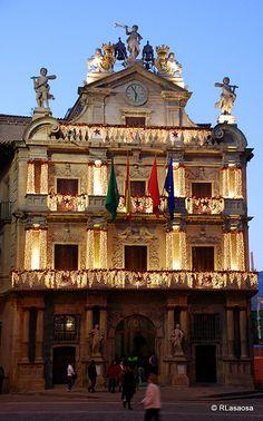 Pamplona - Ayuntamiento    Pamplona, enero de 2009. Una ciudad navideña, una ciudad iluminada, una ciudad mágica.    Vista de la fachada iluminada del Ayuntamiento, en la Plaza Consistorial