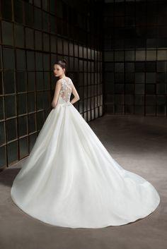 Trouwjurk Cosmobella 7849. Maak nu een afspraak bij Weddings bruidsmode.
