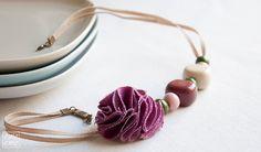 He encontrado este interesante anuncio de Etsy en https://www.etsy.com/es/listing/79236502/collar-de-cuentas-de-resina-y-ceramica
