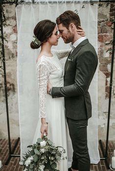 """Waarom zou je kiezen voor een minimalistische bruiloft? Less is more Minder is niet gelijk aan saai - zeker niet als het gaat om een minimalistische bruiloft. Deze stijl heeft dan weliswaar geen felle kleuren, of """"grootse"""" grandeur, maar wel een meer bewuste, afgezwakte focus op juist een paar details die echt belangrijk zijn voor jullie.Lees meer #weddingsuits #wedding Wedding Groom, Wedding Men, Wedding Attire, Dream Wedding, Gothic Wedding, Wedding Rings, Wedding Ideas, Marriage Dress For Men, Green Wedding Suit"""