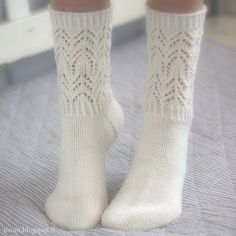 Beautiful and delicate lace pattern makes these socks wonderfully romantic! Baby Afghan Crochet Patterns, Sweater Knitting Patterns, Lace Patterns, Knitting Socks, Baby Knitting, Free Knitting, Stitch Patterns, Rock Chic, Glam Rock