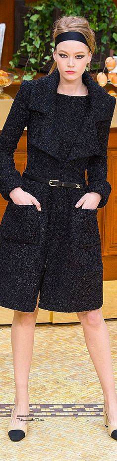 Chanel Fall 2015 Love this coat! Chanel Fashion, High Fashion, Winter Fashion, Fashion Show, Womens Fashion, Fashion Design, Karl Otto, Coco Chanel, Chanel 2015