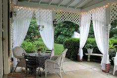 brise-vue jardin en voilages discrets, terrasse couverte et mobilier en rotin tressé blanc neige