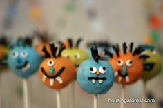 Monster Cake Pops- perfect for a Halloween party. Halloween Party Treats, Halloween Cake Pops, Halloween Birthday, Halloween Costumes For Kids, Fall Halloween, Monster Cake Pops, Monster Cakes, Little Monster Party, Winter