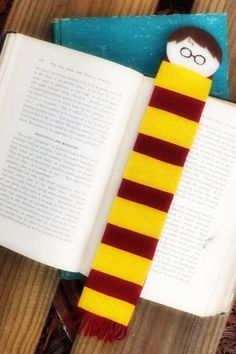 This Harry Potter Bookmark is a fun and easy craft to make with kids and adults alike. It's perfect for your next Harry Potter movie marathon party! Back To School Crafts, Valentine's Day Crafts For Kids, Thanksgiving Crafts For Kids, Halloween Crafts For Kids, Craft Projects For Kids, Harry Potter Felt, Harry Potter Bookmark, Harry Potter Birthday, Magic Crafts