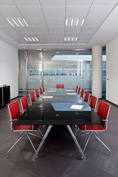IKARA ออกแบบมาเพื่อให้เข้ากับเทรนด์และการใช้งานในสภาพแวดล้อมที่หลากหลาย ไม่ว่าจะเป็นสำนักงาน เคหะสถาน โรงแรม หรือในเคานท์เตอร์ของแผนกต้อนรับ ในห้องประชุม พิพิธภัณฑ์ ฯลฯ  #WURKON #IKARA #stackablechairs #meetingchairs