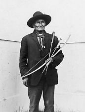 Geronimo 1904 St Louis World's Fair Photo Holding Bow Arrows Apache Indian Chief Apache Indian, Native Indian, Native American Photos, Native American Tribes, Native American History, The Spanish American War, Louisiana Purchase, Photo Print, Le Far West