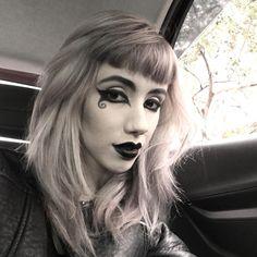 Não deu pra fazer um cosplay digno da Death que eu queria 🕷 mas não resisti em brincar com as maquiagens e ficar em P&B. Me chamem se me verem e quiserem conversar, eu uso óculos e não reconheço ninguém sem ele 🤓