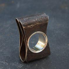 Superbe ruban de rouille plié, douille en argent massif, peut se porter également en pendentif, lien livré avec le bijou. Pièce unique T 53. Possibilité de l'essayer sur Paris. Bijou d'art contemporain : Marianne Anselin