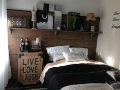 muur van de slaapkamer met steigerhout, gebeitst en leuke spulletjes van de action en xenos