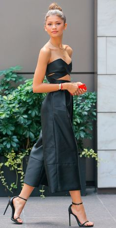 Street style da cantora Zendaya com culotte e blusa cropped.