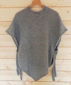 I really want to make this and need a poncho pattern that I can read! PONCHO TOP DOWN - knit free pattern (ita) Poncho Knitting Patterns, Crochet Poncho, Knitted Shawls, Loom Knitting, Knitting Stitches, Knit Patterns, Free Knitting, Baby Knitting, Free Crochet