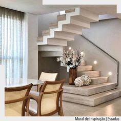 Degraus em tamanhos variados transformam a escada em um ponto de destaque da sala. •Ad❤️• 📌Pinterest/ arqdecoracao @arquiteturadecoracao…