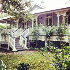 Lovely Queenslander in Brisbane- The House that A -M built. Love the two tone railings and picked fencing below verandah ---some architectural motifs that i wanna emulate Australian Architecture, Australian Homes, Future House, My House, Queenslander House, British Colonial, Outdoor Living, Outdoor Decor, House Colors