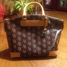 D&B purse ***do not ask anything if u are not serious**** Authentic, cheaper via mercari, small lil flaw, Excellent condition!! Only selling!!                              *** L 12. 2ish in, H lil over 10in, W 6in *** Dooney & Bourke Bags