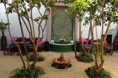 Situé dans le quartier du Moukef de la médina de Marrakech, le Riad Houdou est une bâtisse datant du XVIIe siècle. Cette maison d'hôtes de 5 chambres mélange une architecture traditionnelle à une décoration contemporaine. Chaque chambre dispose de son propre univers. Le riad propose aussi un grand salon, une bibliothèque, un hammam, et un petit bassin et une terrasse pour les petits-déjeuners et dîners, sans oublier un coin solarium.