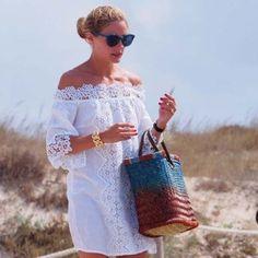 ¿Eres de las afortunadas que vas a la playa a pasar unos días? Pues olvídate ya de las chanclas, las viseras y los shorts en denim deshilachados. Olivia...