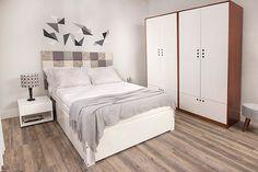 É mportantíssimo que quando você for escolher a cama do seu quarto de casal pequeno, você escolha uma cama que te ajude com compartimentos inferiores. O que isso significa? Significa que o ideal é optar por camas de casal com nichos, camas de casal com gavetas e até mesmo camas de casal baú.